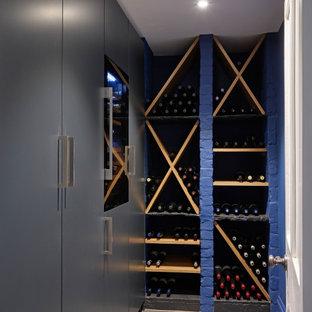 Diseño de bodega moderna con suelo de pizarra, botelleros y suelo gris