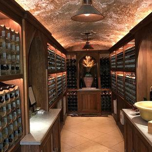Diseño de bodega clásica, de tamaño medio, con botelleros y suelo blanco