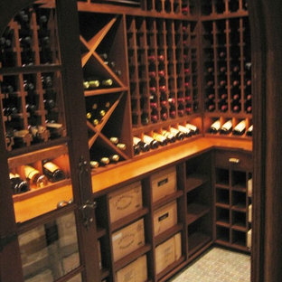Exempel på en mellanstor klassisk vinkällare, med klinkergolv i keramik, vinhyllor och grått golv
