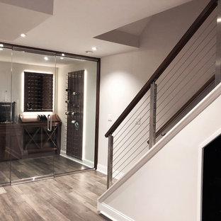 Foto di una cantina chic di medie dimensioni con pavimento in laminato, portabottiglie a vista e pavimento grigio