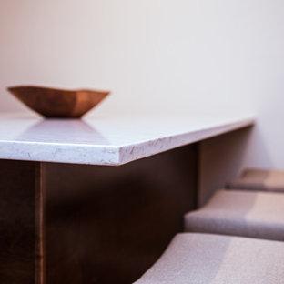 Idee per una cantina rustica di medie dimensioni con pavimento in laminato, portabottiglie a vista e pavimento beige