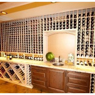 Exotisk inredning av en mellanstor vinkällare, med vinhyllor