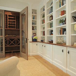 Imagen de bodega de estilo de casa de campo, de tamaño medio, con suelo de madera clara, botelleros y suelo marrón