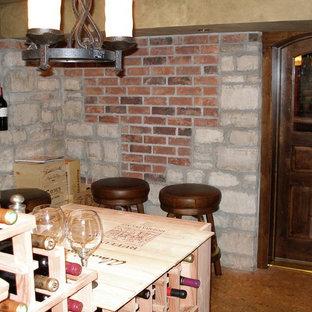 Idéer för att renovera en stor vintage vinkällare, med korkgolv, vinhyllor och beiget golv