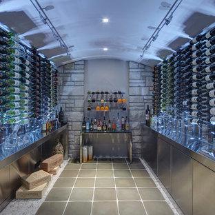 Bild på en mellanstor funkis vinkällare, med vinhyllor