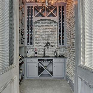 ヒューストンのヴィクトリアン調のおしゃれなワインセラーの写真