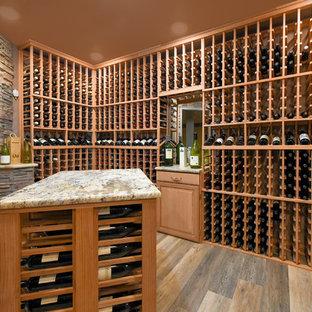 Ejemplo de bodega clásica, de tamaño medio, con suelo vinílico, botelleros y suelo gris