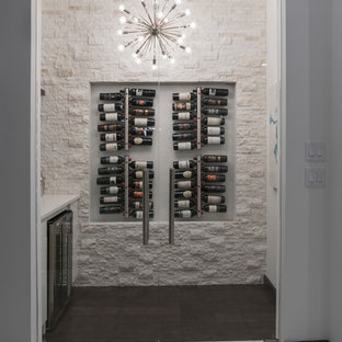 Ispirazione per una cantina minimal di medie dimensioni con parquet scuro, portabottiglie a vista e pavimento marrone