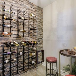 Cette photo montre une petit cave à vin chic avec un sol en carrelage de porcelaine, des casiers et un sol vert.