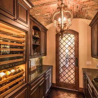Idéer för att renovera en mellanstor vintage vinkällare, med mörkt trägolv, brunt golv och vindisplay