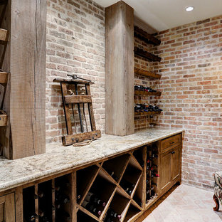 Imagen de bodega clásica, grande, con suelo de ladrillo y botelleros de rombos