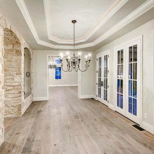 Imagen de bodega clásica, de tamaño medio, con suelo de madera clara, vitrinas expositoras y suelo marrón