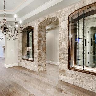Diseño de bodega clásica, de tamaño medio, con suelo de madera clara, vitrinas expositoras y suelo marrón