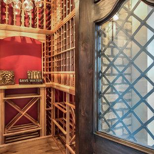 Inredning av en lantlig mellanstor vinkällare, med ljust trägolv och vindisplay
