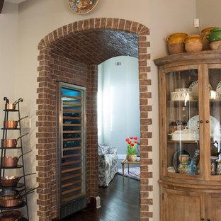 Imagen de bodega de estilo de casa de campo, pequeña, con suelo de madera oscura y vitrinas expositoras