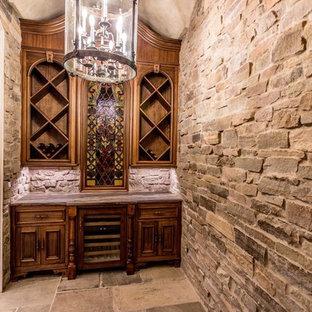Klassisk inredning av en liten vinkällare, med skiffergolv, vinställ med diagonal vinförvaring och grått golv