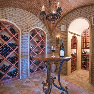Exempel på en medelhavsstil vinkällare, med vinställ med diagonal vinförvaring