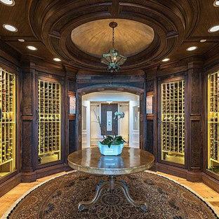 Foto de bodega tradicional, extra grande, con suelo de madera clara, vitrinas expositoras y suelo beige
