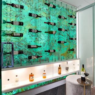 Aménagement d'une cave à vin contemporaine avec un sol en bois foncé, un présentoir et un sol marron.