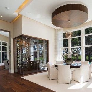Inspiration pour une petit cave à vin minimaliste avec un sol en bois brun, des casiers et un sol beige.