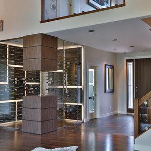 Diseño de bodega contemporánea, de tamaño medio, con vitrinas expositoras y suelo de madera en tonos medios