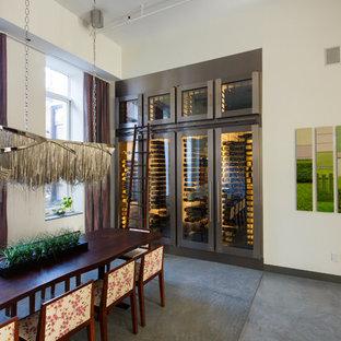 Inspiration för en stor funkis vinkällare, med betonggolv och vinhyllor