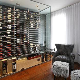 Aménagement d'une petit cave à vin contemporaine avec un présentoir, un sol en carrelage de céramique et un sol beige.