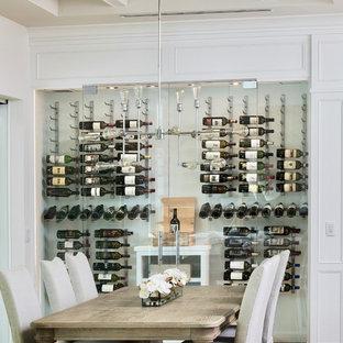 Inspiration för en mellanstor funkis vinkällare, med korkgolv, vinhyllor och beiget golv