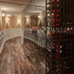 Diseño de bodega tradicional renovada, grande, con suelo de baldosas de porcelana, botelleros y suelo marrón