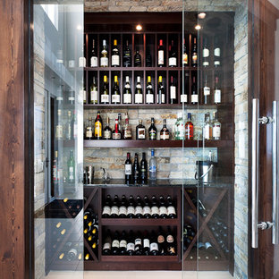 Idéer för en modern vinkällare, med vindisplay och vitt golv