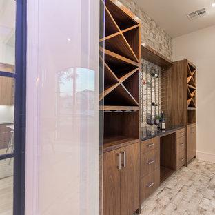 Diseño de bodega clásica renovada, de tamaño medio, con suelo de ladrillo, botelleros y suelo multicolor