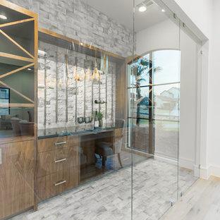 Esempio di una cantina classica di medie dimensioni con pavimento in mattoni, rastrelliere portabottiglie e pavimento multicolore