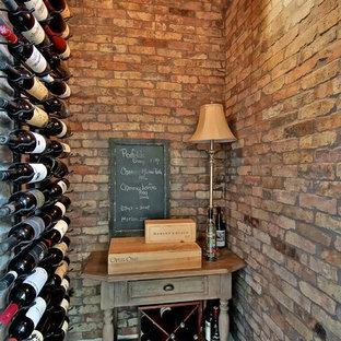 Exempel på en klassisk vinkällare, med mörkt trägolv, vindisplay och rött golv