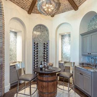 Diseño de bodega mediterránea, grande, con suelo de mármol, vitrinas expositoras y suelo blanco