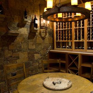 Idéer för att renovera en rustik vinkällare, med klinkergolv i porslin, vinhyllor och rött golv