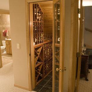 Kleiner Klassischer Weinkeller mit Keramikboden und waagerechter Lagerung in Minneapolis