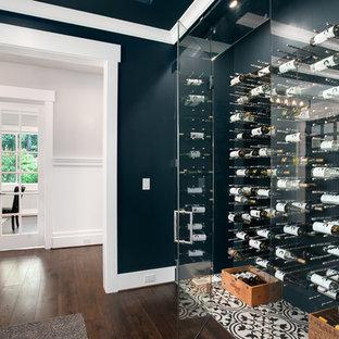Inspiration pour une cave à vin craftsman de taille moyenne avec des casiers et un sol multicolore.