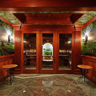 Diseño de bodega clásica, de tamaño medio, con suelo de mármol, vitrinas expositoras y suelo verde