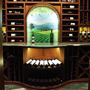 Cette photo montre une cave à vin chic de taille moyenne avec un sol en marbre, un présentoir et un sol vert.