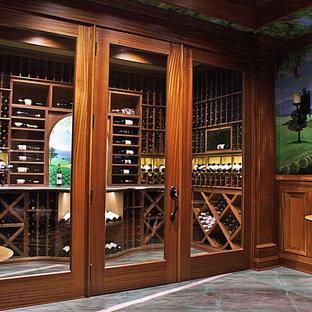 Idée de décoration pour une cave à vin tradition de taille moyenne avec un sol en marbre, un présentoir et un sol vert.