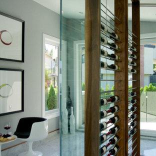 Idée de décoration pour une petit cave à vin design avec des casiers.