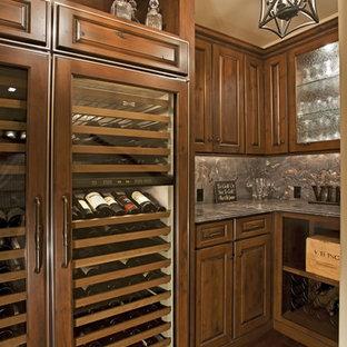 フェニックスの中サイズのサンタフェスタイルのおしゃれなワインセラー (濃色無垢フローリング、ディスプレイラック) の写真