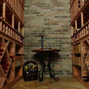 Diseño de bodega vintage, grande, con botelleros de rombos y suelo de piedra caliza