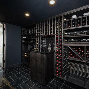 Immagine di una grande cantina moderna con pavimento con piastrelle in ceramica, rastrelliere portabottiglie e pavimento nero