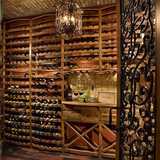 Foto de bodega ecléctica, extra grande, con suelo de madera oscura, botelleros y suelo marrón
