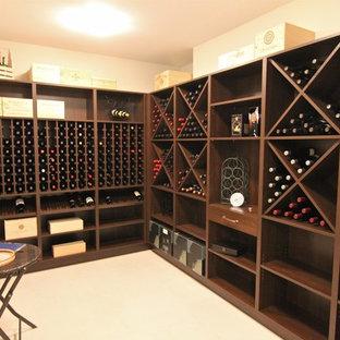 Réalisation d'une grand cave à vin tradition avec un sol en linoléum et des casiers.