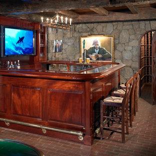 Imagen de bodega marinera, grande, con suelo de ladrillo y botelleros de rombos