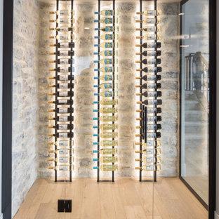 Idées déco pour une cave à vin campagne de taille moyenne avec sol en stratifié, un présentoir et un sol marron.