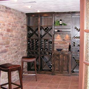 Diseño de bodega tradicional, de tamaño medio, con suelo de baldosas de terracota, botelleros y suelo rojo
