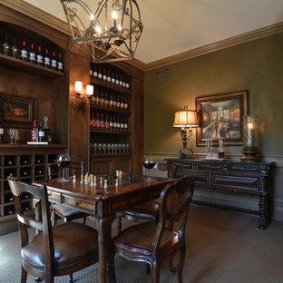 Idée de décoration pour une grand cave à vin tradition avec moquette, un présentoir et un sol gris.